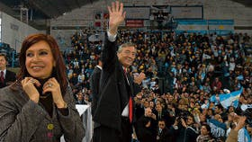 La senadora Kirchner y el Presidente, en un acto de entrega de viviendas, en la localidad bonaerense de Azul, una semana atrás