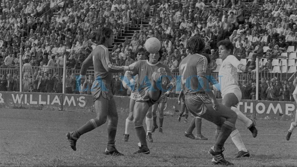 5-10-1980: control, lengua afuera, típica postal de Maradona, ante Huracán, rodeado por Pasculli y Bartolomei.. Foto: LA NACION