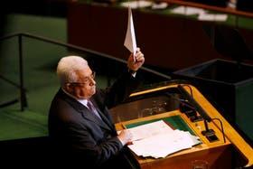 Abbas muestra una copia de la carta que le entregó a Ban