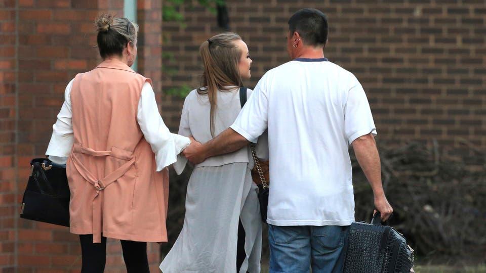 Una joven se retira junto a sus padres de un hotel en Manchester luego de haber estado en el concierto de Ariana Grande. Foto: AP / Rui Vieira