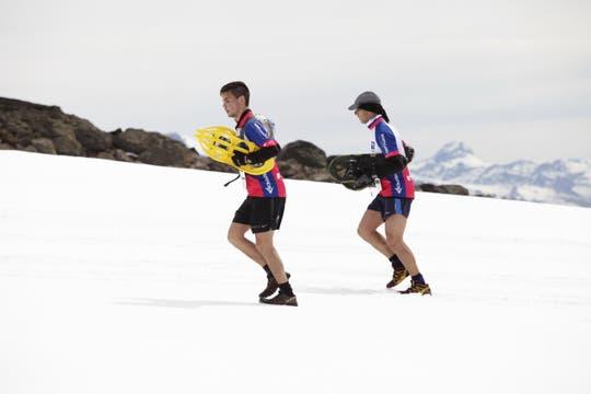 La carrera se desarrolla sobre nieve virgen y los atletas deben correr con raquetas de nieve.