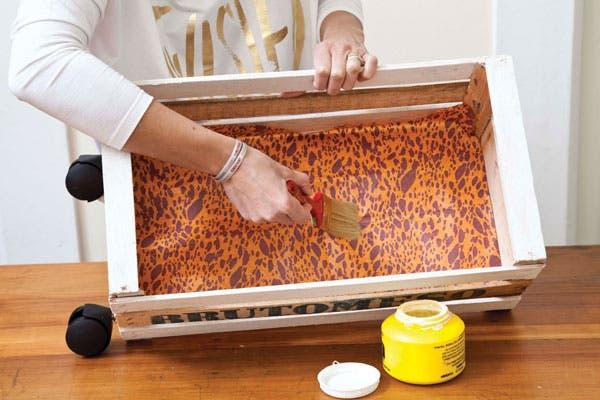 4-Colocar cola vinílica en las maderas de la base, en el interior del cajón. Por último, presentar el papel elegido y aplicar nuevamente encima de éste cola vinílica. Dejar secar y decorar con los objetos que más te gusten.
