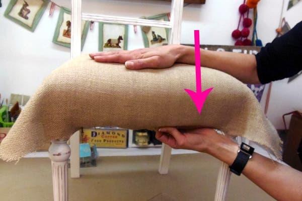 antes de trabajar las esquinas da vuelta la silla cheque que la tela est tensa y hund los clavitos