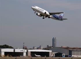 Otras aerolíneas muestran menos demoras en el despegue de sus vuelos, tanto en Aeroparque como en Ezeiza
