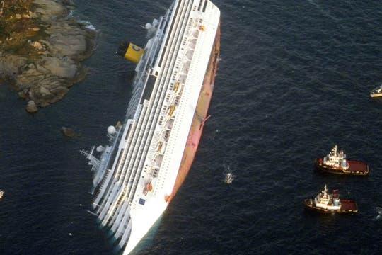 La mayoría de los pasajeros aguardaron en el barco la asistencia de la prefectura italiana. Foto: Reuters