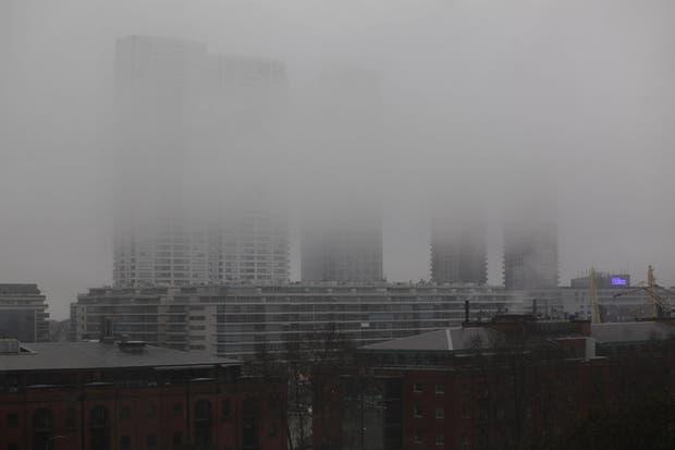 Una imagen de Puerto Madero, de esta mañana, con nubes bajas, poca visibilidad y lluvias