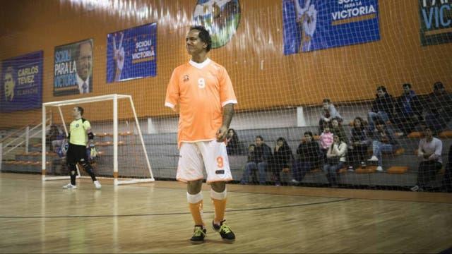 Daniel Scioli jugando al fútbol en el club que fundó, Villa La Ñata