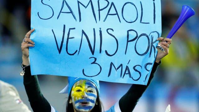 La hincahda uruguaya llevó carteles para Sampaoli