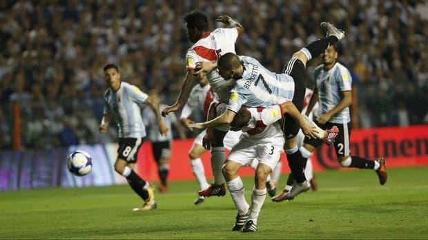 La búsqueda de la Argentina incluyó acciones como esta de Benedetto, casi un intento improbable en el área peruana, rodeado de rivales