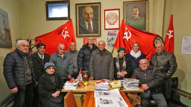 Jiuli Sikmashvili (centro), de 77 años, preside el Partido Comunista de Georgia