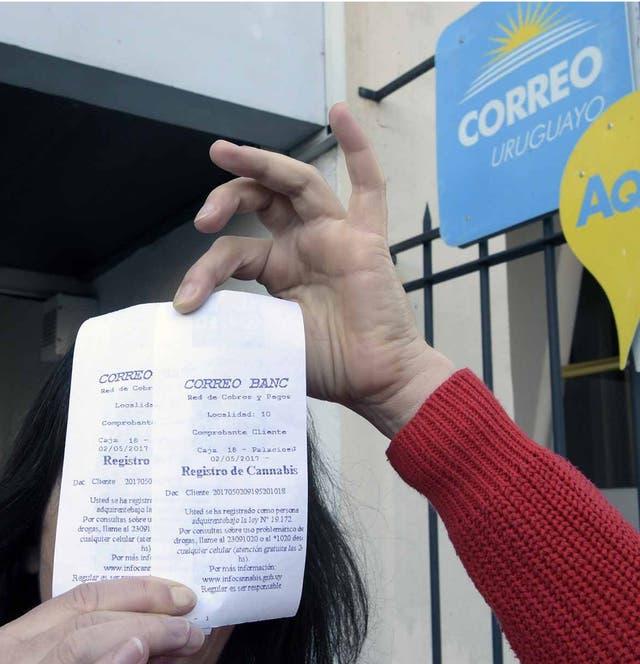 La periodista Katell Abiven muestra su registro de consumidora de cannabis, en Montevideo