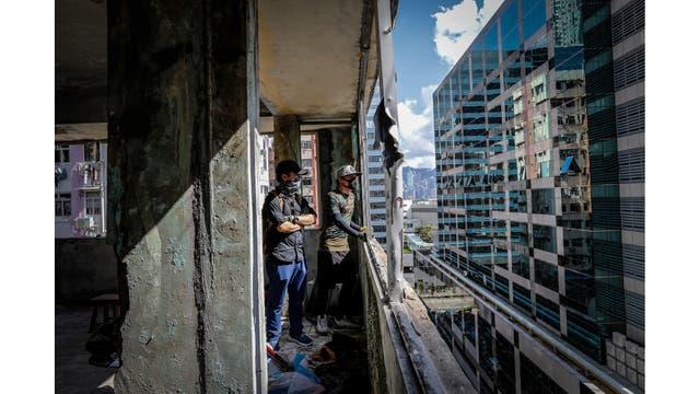 Miembros del grupo HK URBEX en un edificio residencial abandonado