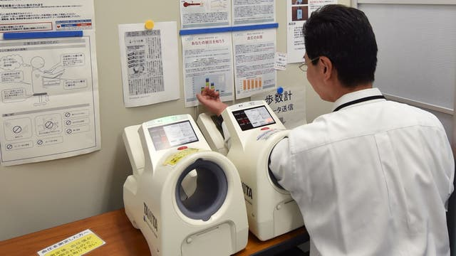 Un empleado de Fujikura, empresa de fabricación de equipos eléctricos con sede en Tokio, revisando su salud en la sala de salud de la compañía.