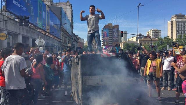 La Policía desalojó a dos mil manteros y ahora hay protestas y cortes en Avenida Pueyrredón. Foto: LA NACION / Soledad Aznarez