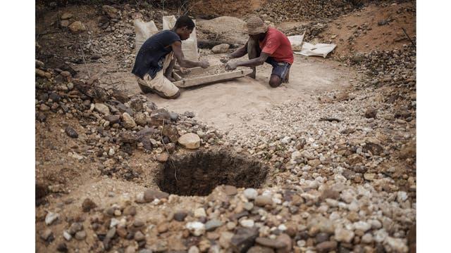 En el tamizado, los mineros intentan encontrar zafiros