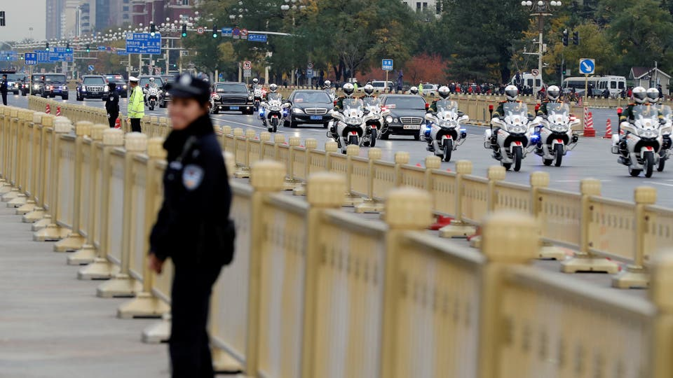 Una caravana de automóviles que transporta al presidente de los Estados Unidos, Trump, llega a la plaza de Tiananmen en Beijing. Foto: Reuters / Damir Sagolj