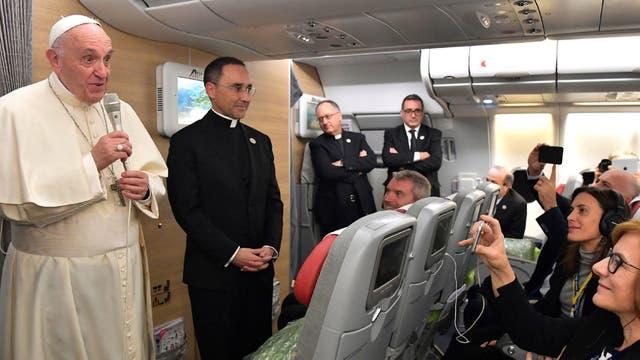 Como ya es costumbre en sus viajes, el Papa, habló con los pasajeros en el avión