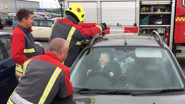El bebé sonreía mientras los bomberos intentaban sacarlo del auto