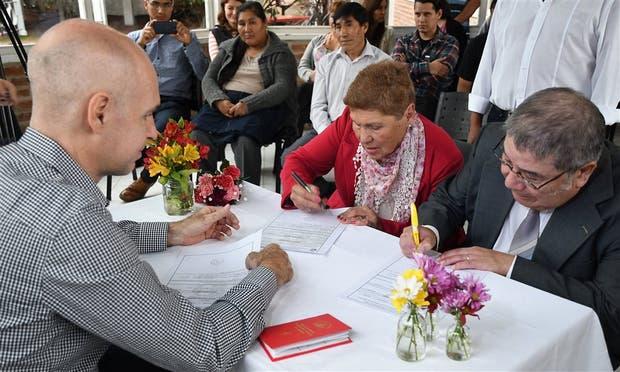 Felina y Rafael firman el acta de casamiento