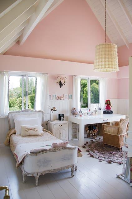 En el dormitorio de la niña, pantalla recubierta de flores de gasa, alfombra tejida de Nadine Zlotogora y cama de Simpson Antigüedades..  Foto:Living /Mauro Ramírez