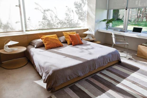 . A cada lado de la cama, las mesas 'Corchea' ponen la nota curva entre tantas rectas. Sobre ellas, lámparas 'Hanoi' (Federico Churba)..
