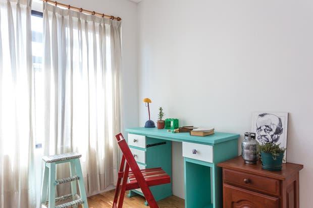"""""""El mueblecito era horrible; lo tenía desde cuando me vine a estudiar a Buenos Aires. Pero con una mano de pintura turquesa, lo dejamos aceptable"""".  /Daniel Karp"""