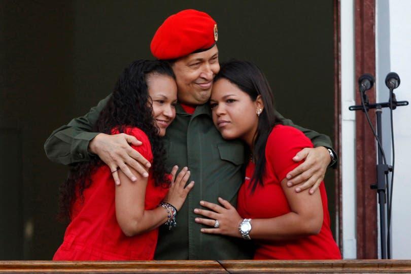 El 4 de julio de 2011, junto a sus hijas, al volver de Cuba luego de ser sometido a una cirigía contra el cáncer. Foto: Reuters
