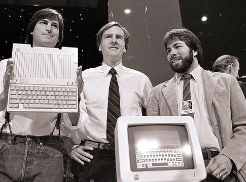Los cofundadores Steve Jobs y Steve Wozniak, junto al CEO John Sculley (centro) en 1984. Foto: AP