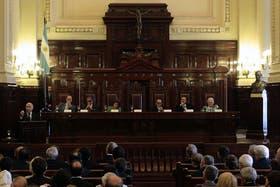 Los siete ministros del Máximo Tribunal se reunieron para decidir si aceptan el recurso que presentó el Gobierno tras la extensión de la cautelar al Grupo Clarín