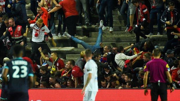 El momento de la avalancha tras el gol de Lille
