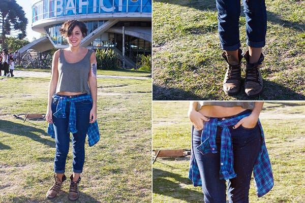 Look rocker: musculosa, camisa a cuadros (atada a la cintura queda re canchera) chupines y borcegos gastados bien flojos. Foto: Agustina Ferreri