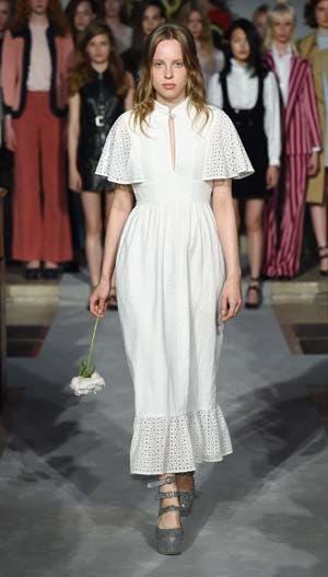 Un vestido romántico con detalles en broderie, uno de sus diseños que más se identifican con su estilo