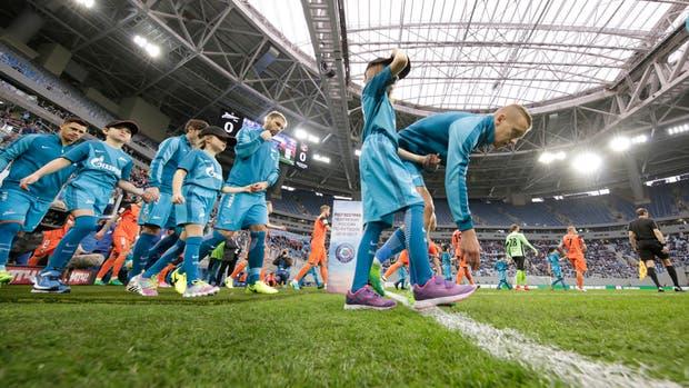 La controversia sobre el estado del campo de juego del Zenit Arena