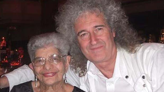 Brian May junto a Jer Bulsara, la recientemente fallecida madre de Freddie Mercury