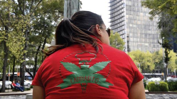 Una mujer asiste a una manifestación en Ciudad de México en septiembre.