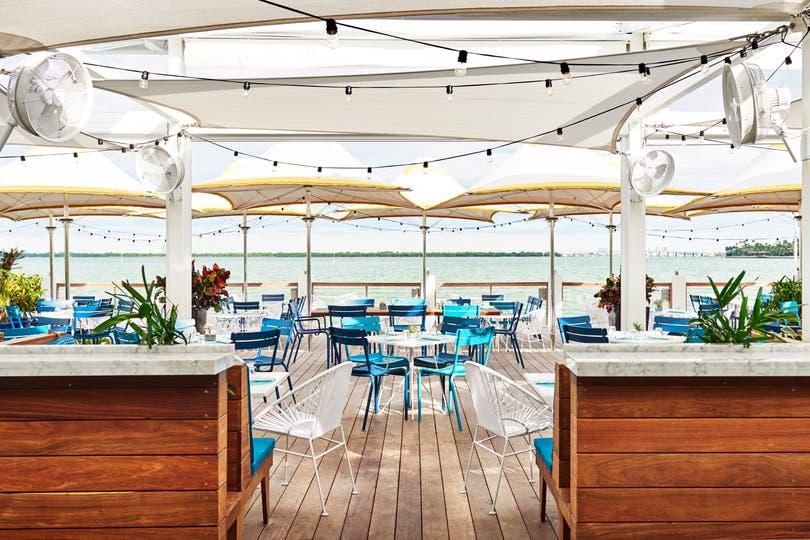 Al lado del mar, el bar y lounge del Hotel Lido