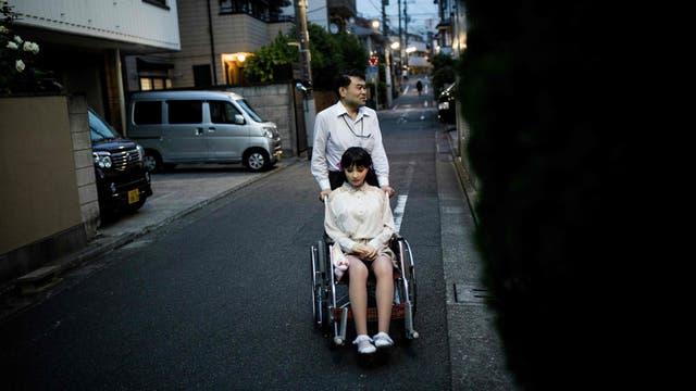 Masayuki Ozaki con su muñeca, Mayu