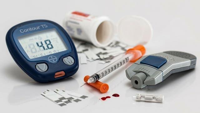 Las personas que padecen diabetes deben monitorear constantemente su indice de azucar en sangre
