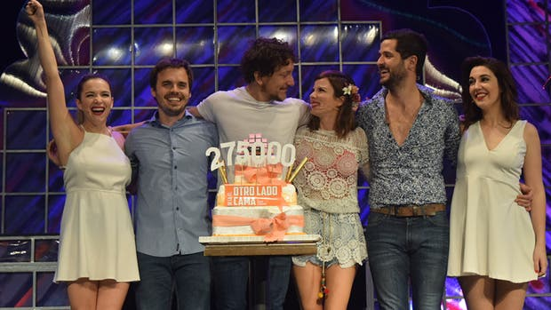 Gimena y Nico festejaron junto a sus compañeros de elenco