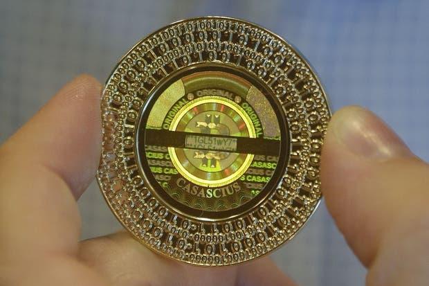 Una moneda de Bitcoin. Aunque la divisa es totalmente digital, el estadounidense Mike Caldwell acuña una versión física