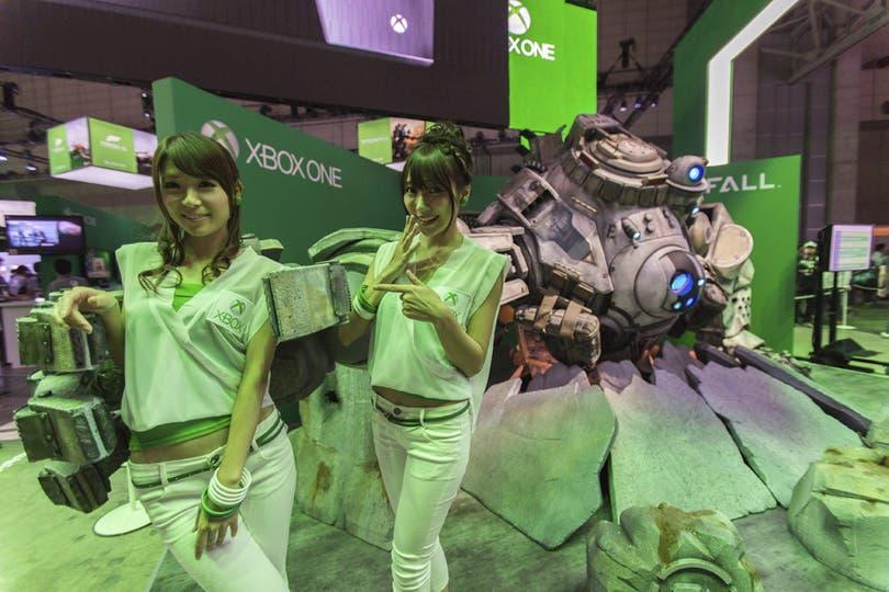 A su manera, las promotoras se lucieron en cada uno de los stands de la Tokyo Game Show. Aquí, con la Xbox One. Foto: EFE