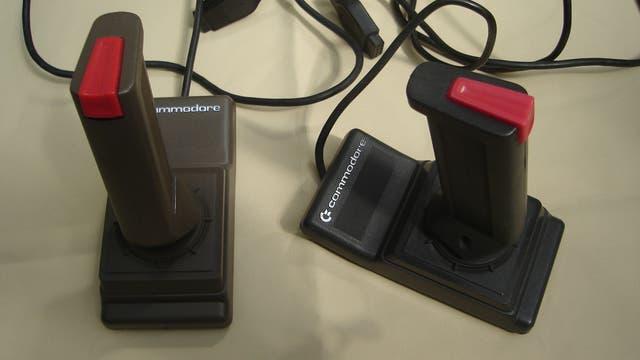 Dos joysticks, para los juegos de la Commodore 64