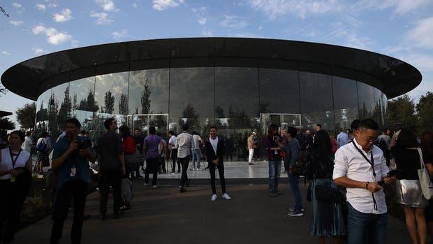 El auditorio Steve Jobs tiene capacidad para 1000 personas y tiene un techo de fibra de carbón