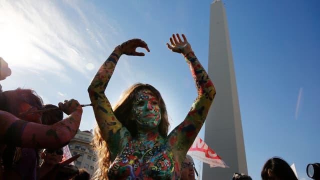 """Tetazo en el Obelisco contra el machismo y en reclamo de """"la soberanía de los cuerpos"""". Foto: LA NACION / Fabian Marelli"""