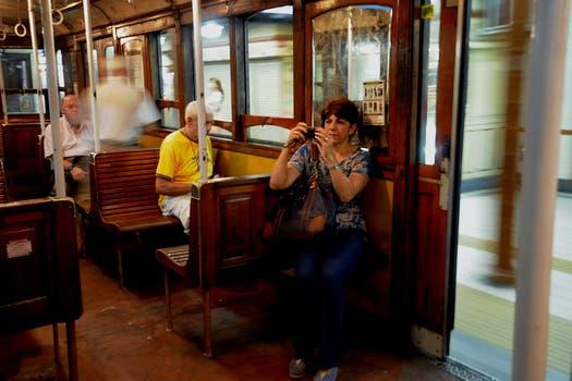 Cientos de personas se acercaron a las estaciones de la Línea A para fotografiar a los centenarios vagones. Foto: DyN