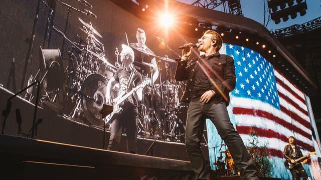 Bono, anteanoche, en el primer concierto de la gira mundial, en la ciudad del automóvil