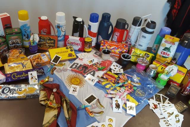 Termos, galletitas, cartas y accesorios que en Argentina son de uso común pero en pesos chilenos