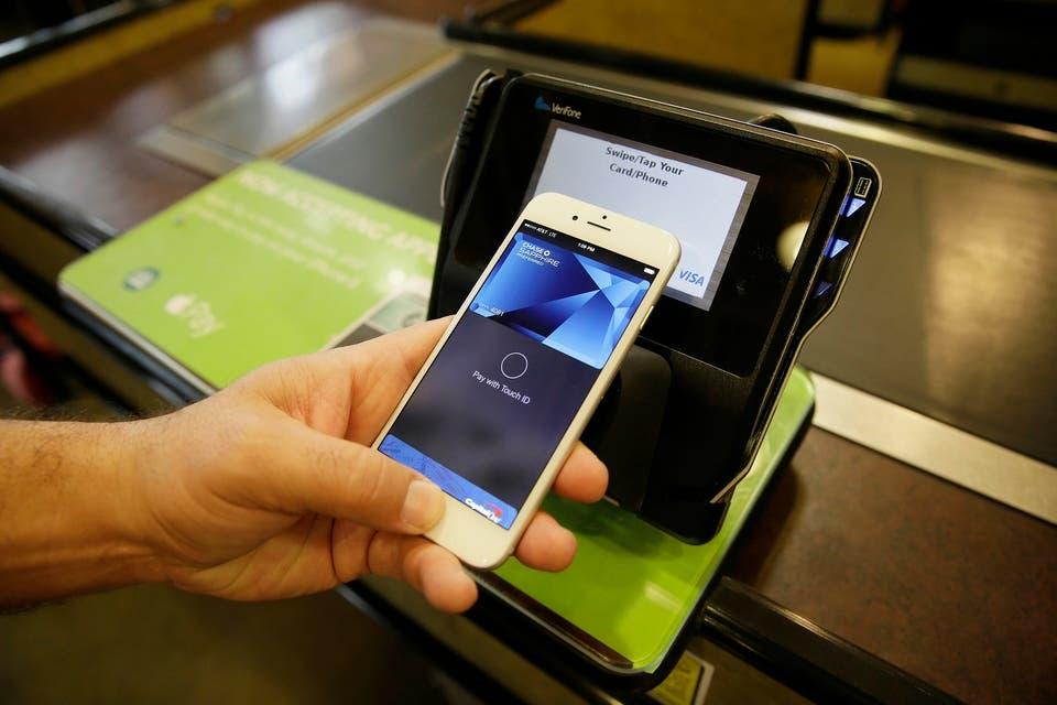 El celular reemplaza a los bancos para las transacciones de dinero