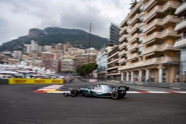 Valtteri Bottas prueba su Mercedes en la pista de Mónaco.