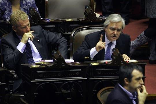 De Narváez y Pinedo antes de abandonar el recinto. Foto: DyN